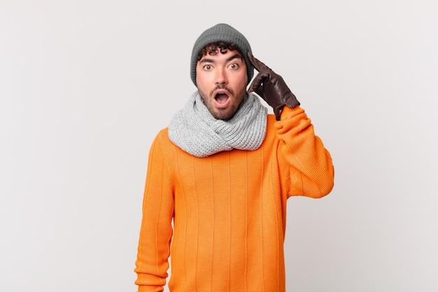 Homem hispânico parecendo surpreso, boquiaberto, chocado, percebendo um novo pensamento, ideia ou conceito