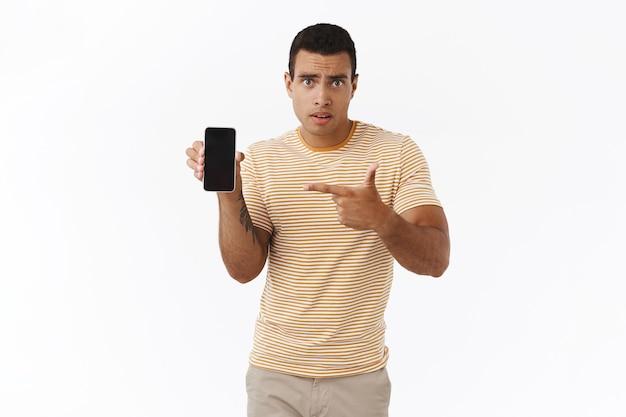 Homem hispânico preocupado e preocupado com a suspeita de que a namorada o está traindo ao ver um cara em sua página de mídia social Foto gratuita