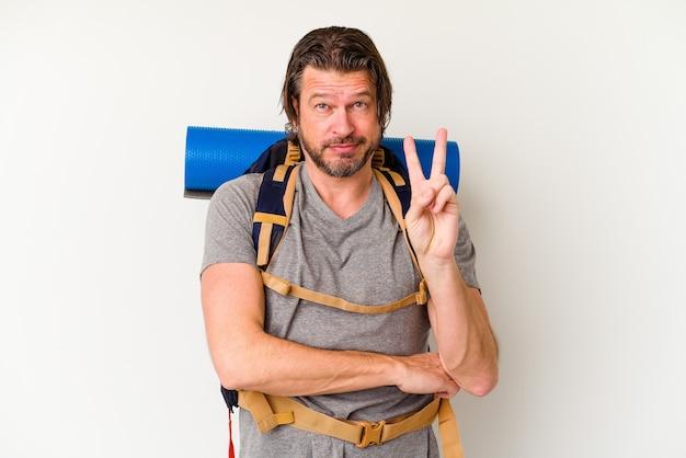 Homem holandês de meia-idade alpinista isolado no fundo branco, mostrando o número dois com os dedos.