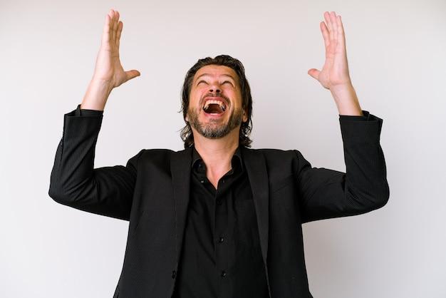 Homem holandês de negócios de meia-idade isolado no fundo branco, gritando para o céu, olhando para cima, frustrado.