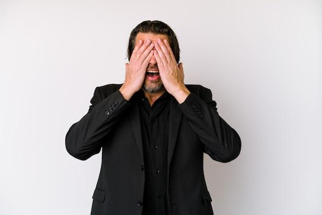 Homem holandês de negócios de meia-idade isolado no fundo branco toca a barriga, sorri suavemente, conceito de comer e satisfação.