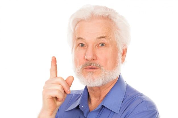 Homem idoso bonito tem uma ideia
