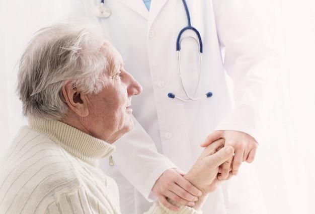 Homem idoso com médico