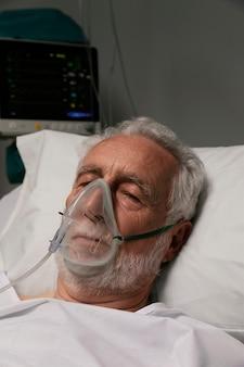 Homem idoso com problemas respiratórios