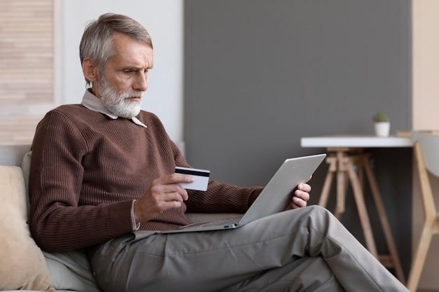 Homem idoso comprando online