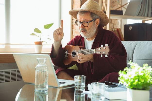 Homem idoso durante a quarentena percebendo a importância de ficar em casa durante o surto de vírus