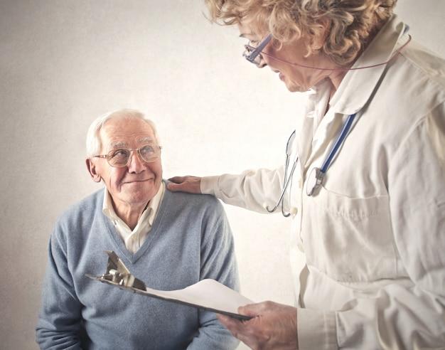 Homem idoso, em, a, doutor