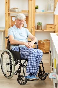 Homem idoso em cadeira de rodas