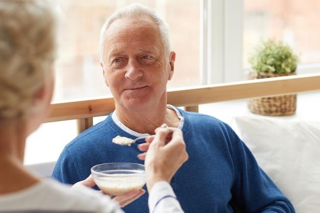 Homem idoso em recuperação