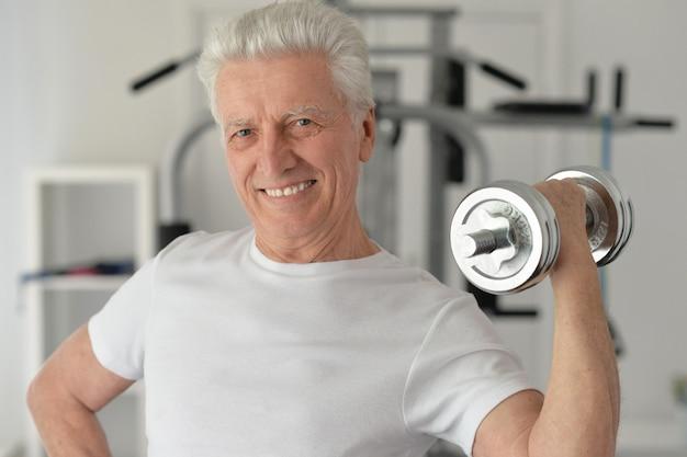 Homem idoso em uma academia durante exercícios