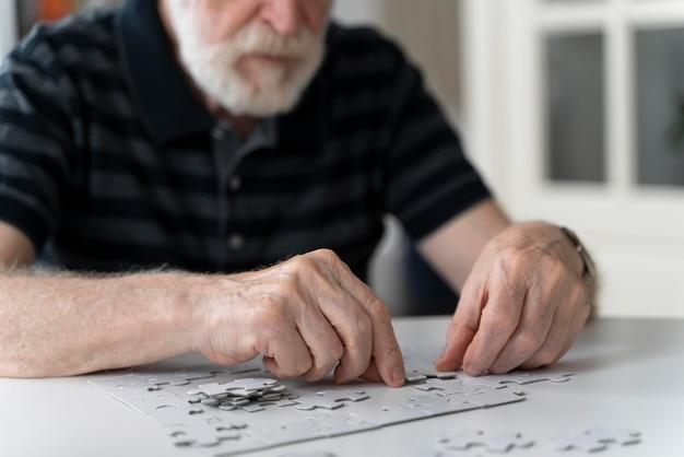 Homem idoso enfrentando doença de alzheimer
