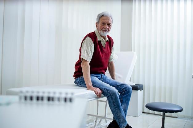 Homem idoso esperando para ser vacinado no hospital