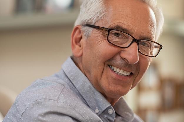 Homem idoso feliz