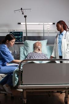 Homem idoso ferido com cinta cervical deitado na cama