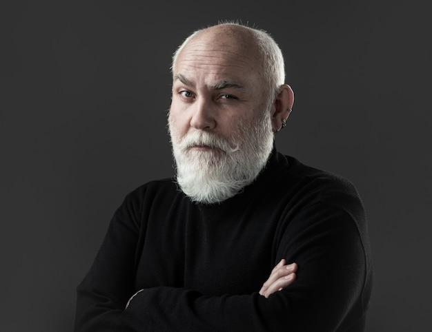 Homem idoso, idoso e maduro close-up do retrato homem sênior. retrato de um homem maduro em fundo preto.