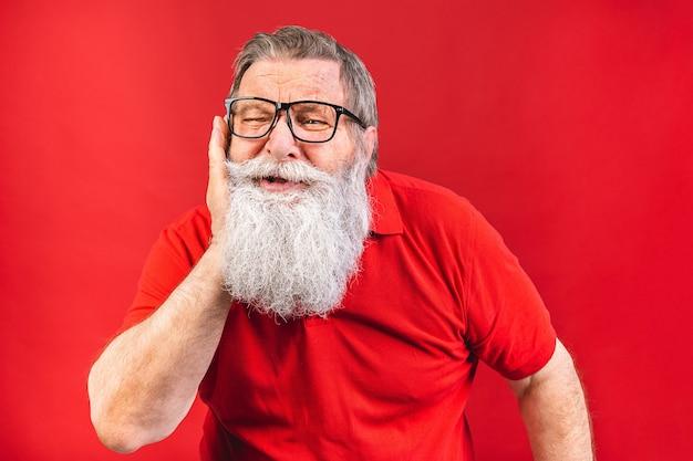 Homem idoso infeliz de olhos fechados