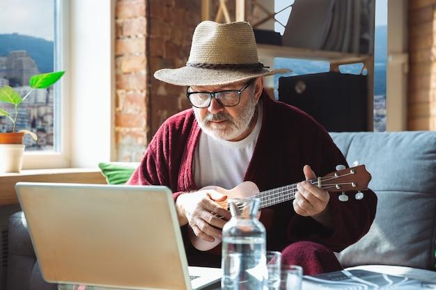 Homem idoso mais velho maduro durante a quarentena, percebendo a importância de ficar em casa durante o surto de vírus Foto gratuita