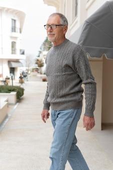 Homem idoso moderno ao ar livre