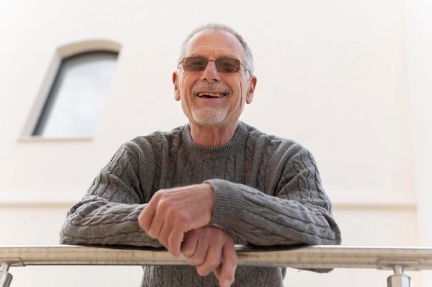 Homem idoso moderno em comunidade urbana