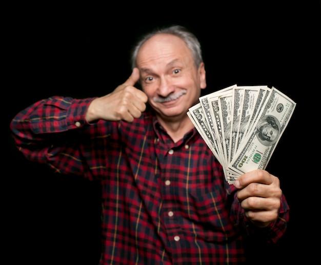 Homem idoso mostrando fã de dinheiro
