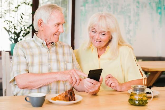 Homem idoso, mostrando, smartphone, para, mulher