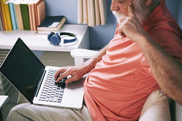 Homem idoso, navegar na net