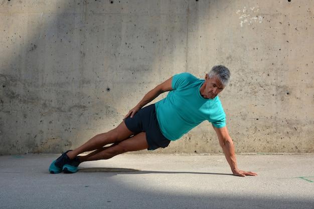 Homem idoso, praticar, esportes