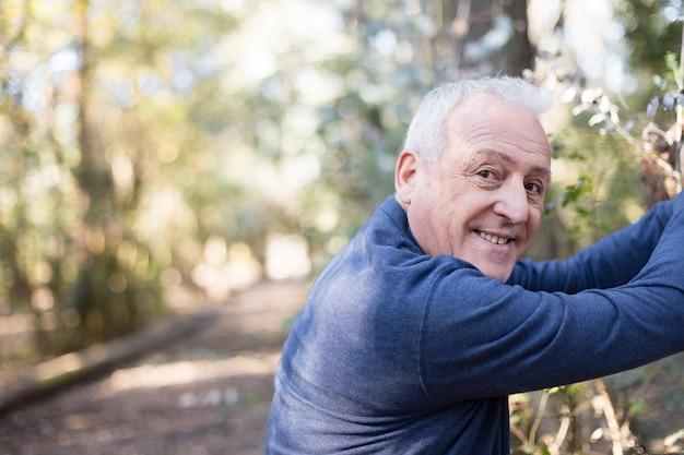 Homem idoso que aprecia exercício ao ar livre