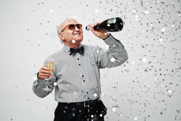 Homem idoso, recordando, juventude