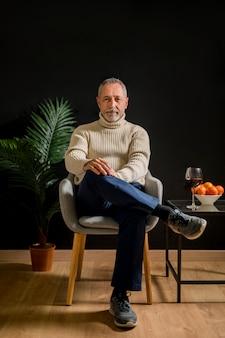 Homem idoso, sentando, perto, vinho, e, tangerines