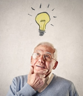 Homem idoso, tendo uma idéia