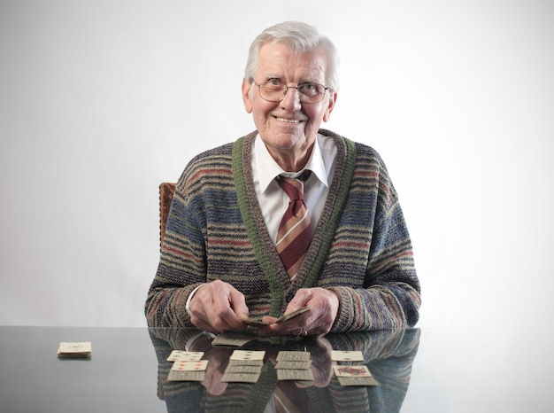 Homem idoso, tocando, com, cartões