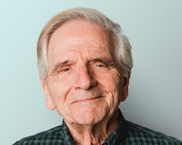 Homem idoso, um retrato de rosto, sorrindo de perto