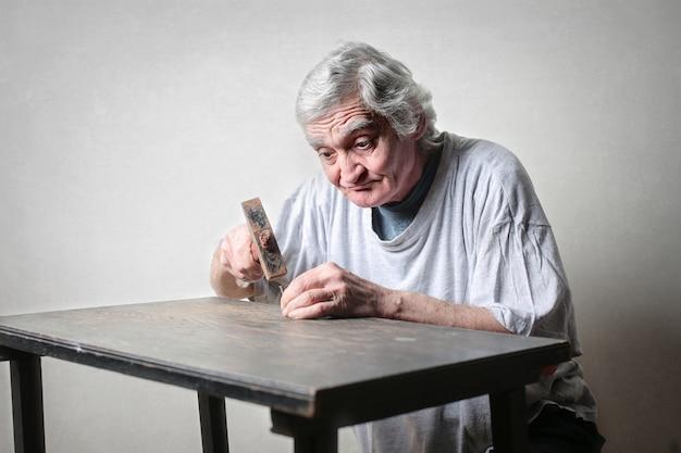 Homem idoso, usando, um, martelo