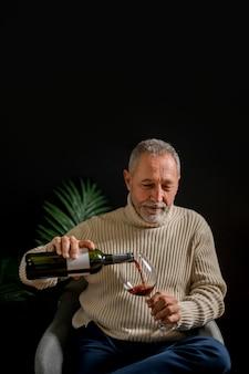 Homem idoso, vinho derramando