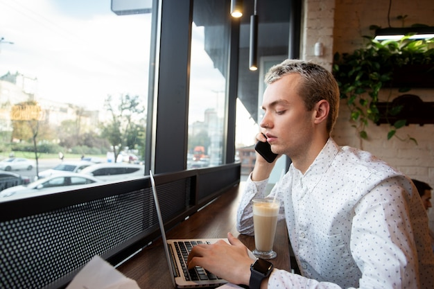 Homem imprime em laptop moderno