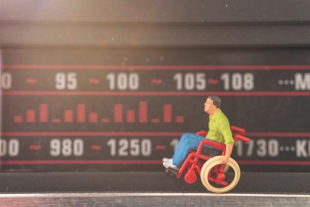 Homem incapacitado, sentando, em, cadeira rodas homem sintonizando, em, um, rádio, estação