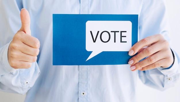 Homem incentivando a votação com uma bolha do discurso de votação