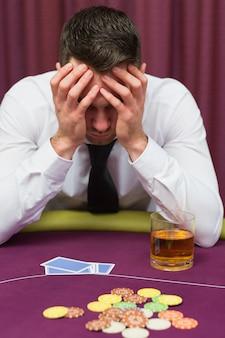 Homem, inclinar-se, pôquer, tabela, olhar, preocupado, em, cassino