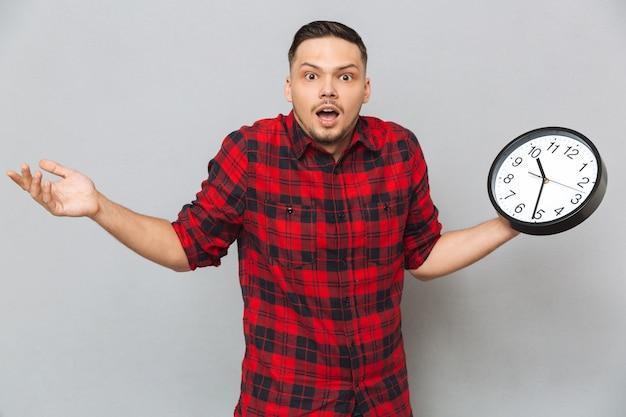 Homem incompreensível, segurando o relógio