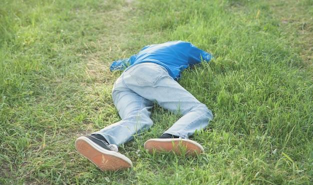 Homem inconsciente caucasiano ao ar livre.