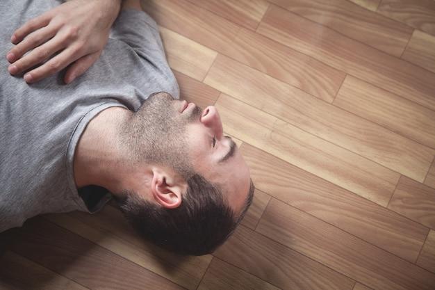 Homem inconsciente caucasiano em casa.