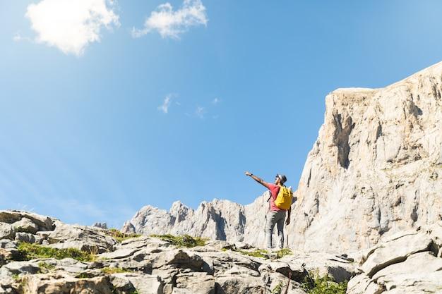 Homem indiano, apontando um local na montanha