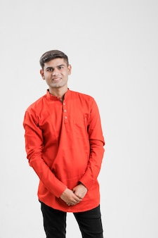 Homem indiano / asiático na camisa vermelha e mostrando expressão múltipla sobre branco