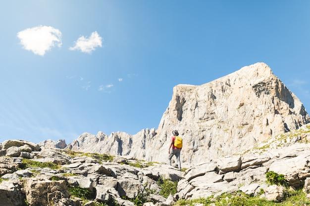 Homem indiano, caminhadas na montanha usando mochila