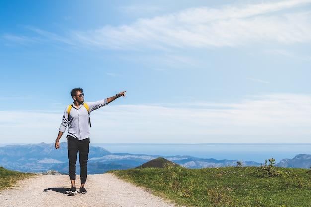 Homem indiano, caminhadas na montanha