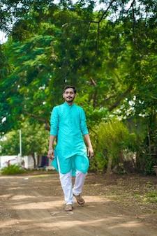 Homem indiano em roupas étnicas