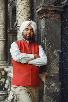 Homem indiano em uma cidade. macho em um turbante tradicional. hinduísta em uma cidade de verão.