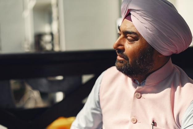 Homem indiano em uma sala. macho em um turbante tradicional. hinduísta em uma sala.