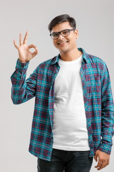 Homem indiano mostrando o gesto com a mão, isolada